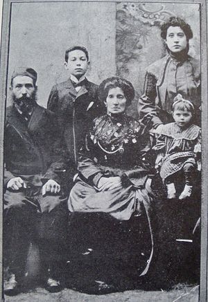 Menasha Skulnik - Menashe Skulnik and his parents and sisters