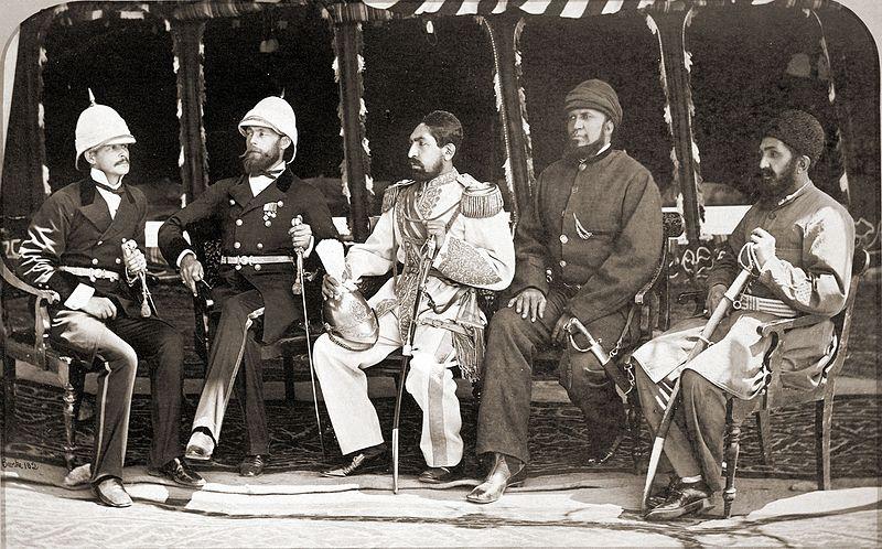 Archivo: Mohammad Yaqub Khan con oficiales británicos en mayo 1879.jpg
