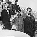 Mohammed Hatta in Nederland, aankomst op Schiphol. Op de vliegtuigtrap wuifde Ha, Bestanddeelnr 915-4786.jpg