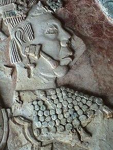 Bassorilievo trovato nei pressi di Palenque raffigurante una figura umana con un dilatatore al lobo dell'orecchio