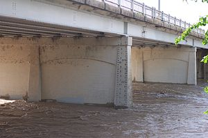 San Gabriel River (Texas) - Image: N Austin Ave Bridge at 15 foot flood stage