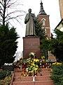 Niegowic-pomnik wikarego Wojtyly.jpg