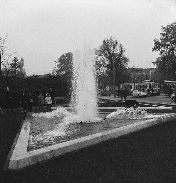 File:Nieuw fontein op Weteringcircuit in werking gebracht, Bestanddeelnr 914-4903.jpg