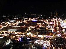 Oktoberfest en la noche con el fin de Löwenbräu tienda