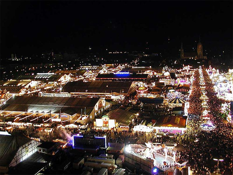 Dosiero:Oktoberfest at night.jpg