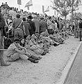 Onafhankelijkheidsdag (15 mei). Publiek op een tribune langs de route van de mil, Bestanddeelnr 255-4658.jpg