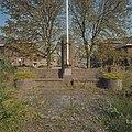 Overzicht, herdenkingsmonument achter het poortgebouw - Eindhoven - 20378441 - RCE.jpg