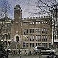 Overzicht voorgevel, bekroond door natuurstenen kantelen, met ingangspartij - Amsterdam - 20408988 - RCE.jpg