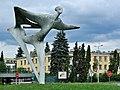 PL-PK Mielec, rzeźba Lot (Henryk Burzec 1964-1966) 2016-08-15--15-19-38-002.jpg