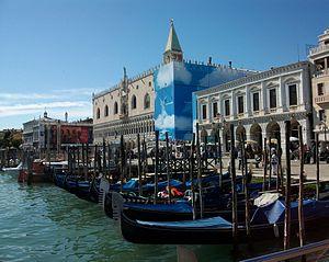 Palau Ducal, Prigioni Nuove i góndoles, Venècia.JPG