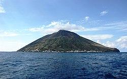 Panorama view-het vulkaan eiland Stromboli.JPG