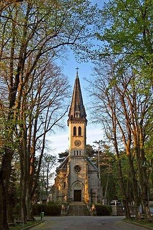 Framing (visual arts) - Image: Pfarrkirche weissenbach an d Triesting kirchenplatz point de vue wi spring