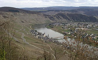 Piesport - View of the Moselle's horseshoe bend as seen from Ferres
