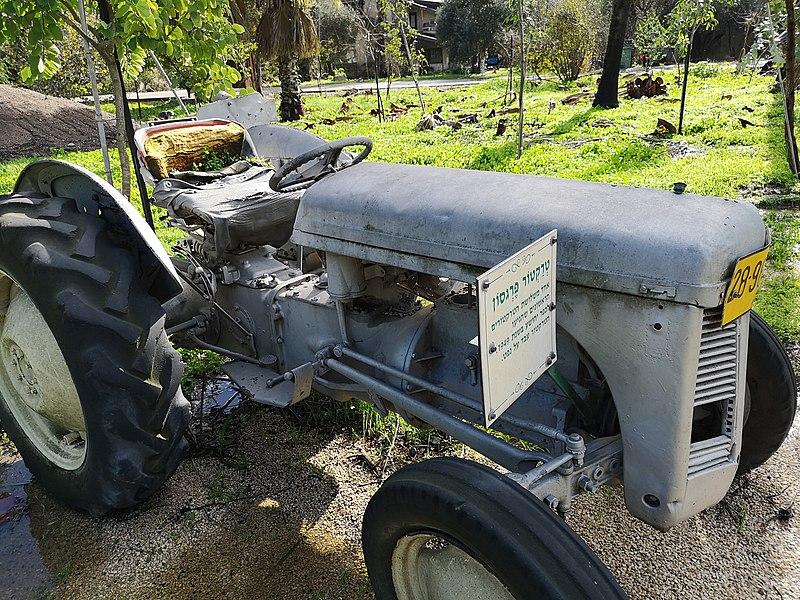 טרקטור חקלאי בכפר יהושע