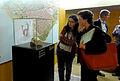 Pilar Sada i Cristina Toro davant la vitrina del fragment de dit d'estàtua 290414 02.jpg