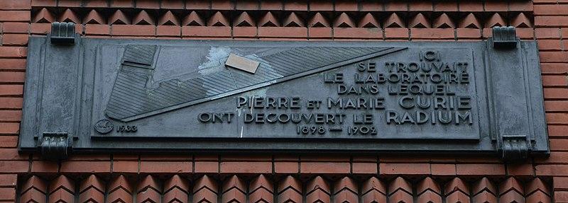 File:Plaque - Location de découvert du radium - rue Pierre Brossolette, Paris 5.jpg