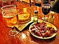 Plato de jamón, pan con tomate, vino y cerveza.jpg