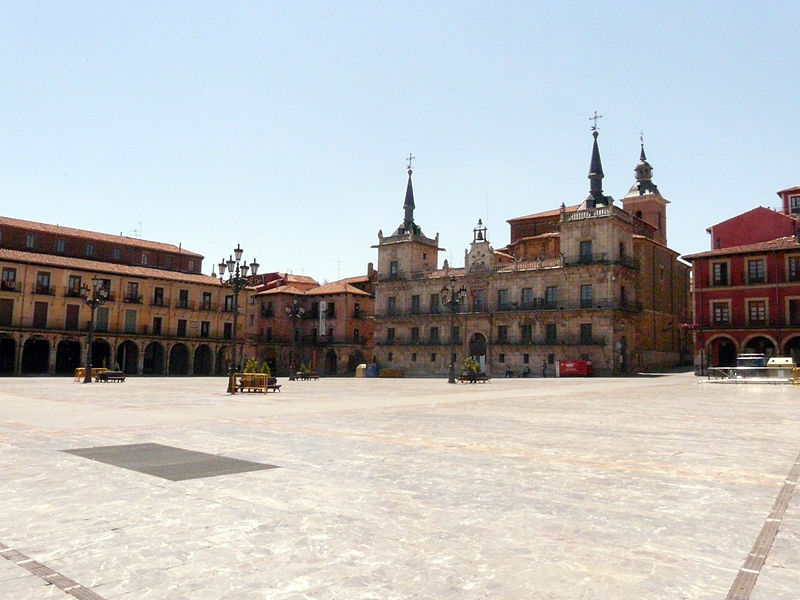 File:Plaza Mayor de León.jpg
