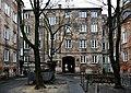 Podwórko kamienicy przy ul. Okrzei 29 w Warszawie.jpg