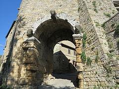 Photographie d'un arche en pierre, dans des fortifications, permettant d'entrer dans la ville.