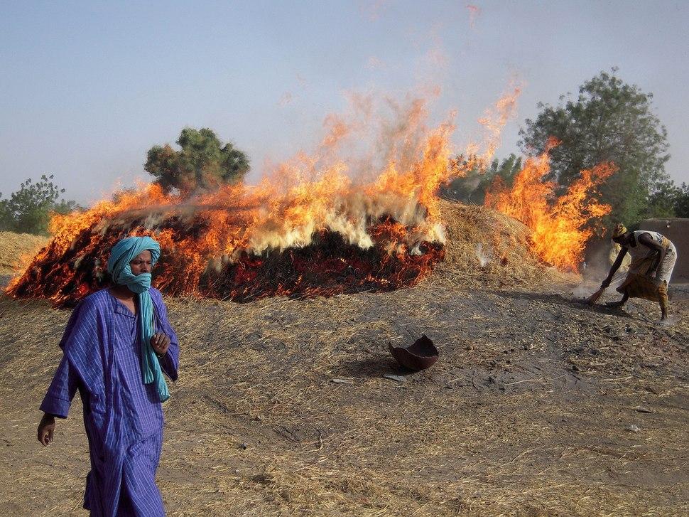 Pottery firing Mali