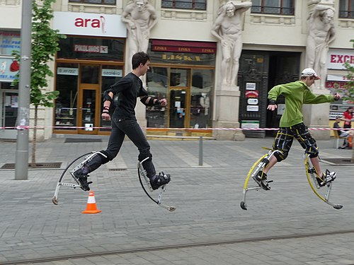 Trampoli a molla (jumping stilts)