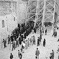 Priesters van de Grieks Orthodoxe kerk in processie onder de steigers bij het ve, Bestanddeelnr 255-5259.jpg