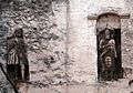 Putignano, borgo antico, statue di cavalieri.jpg