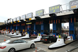 Queens–Midtown Tunnel - Former toll plaza on the Queens side in Long Island City, prior to the replacement of cashless tolling.