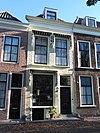 Huis met geverfde lijstgevel