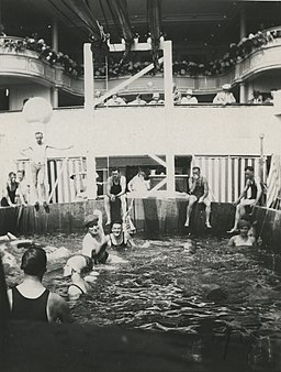 Reisijad laeva St.Louis tekil basseinis suplemas - Passengers swimming in pool on ship St Louis deck - 1929 (15897363326)
