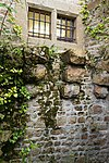 Restes de l'enceinte primitive de la façade est du logis Saint-Symphorien (Le Mont-Saint-Michel, Manche, France).jpg