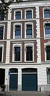 foto van Met de nrs 20-21-22-24-25-26 a-b als een monumentaal geheel opgevatte reeks panden, in eclectische trant met in pleister gebosseerde parterrevensters met stucversieringen, geblokte hoekkettingen en pilasters en attiek op de kroonlijst