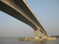 Ponte lungo e alto visto dal basso