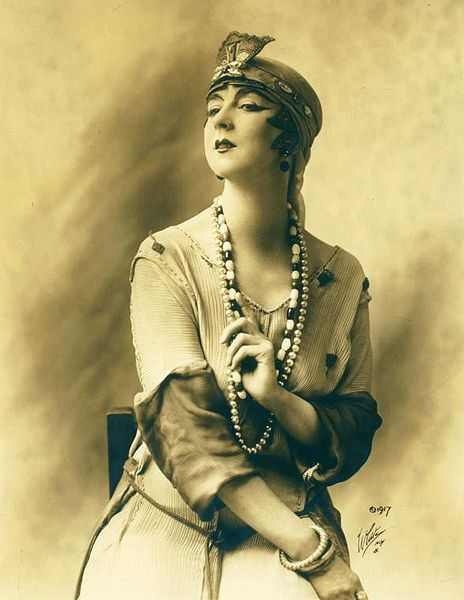 Bestand:Ruth St Denis in costume 1917.jpg