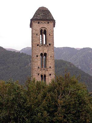Català: Campanar de l'església de Sant Miquel Découvrez l'art roman local  Avec plus de 40 églises romanes, Andorre vous invite à découvrir l'art roman de la région et ses paysages les plus singuliers. Découvrez le passé d'Andorre et vivez notre culture !  Remontez le temps et découvrez l'art roman. Laissez-vous guider dans les églises les plus emblématiques de la Principauté, qui vous dévoileront l'héritage de nos ancêtres, et saisissez l'occasion de découvrir l'histoire et la culture andorranes.  Vous les reconnaîtrez facilement : ce sont de petites constructions, pleines de charme et très belles, malgré des ornements austères. Vous découvrirez l'art lombard dans la décoration des clochers et des absides, ou vous admirerez le talent des maîtres peintres de l'époque grâce à diverses peintures romanes.  Vous trouverez dans chaque commune des sanctuaires, des églises et des chapelles. Sant Joan de Caselles, Sant Romà de les Bons, San Martí de la Cortinada, Sant Climent de Pal, Santa Coloma, Sant Cerni de Nagol ou encore Sant Miquel d'Engolasters, entre autres, vous révèleront les histoires, les traditions et les mystères qui entouraient les villages et leurs habitants. Vous plongerez dans le quotidien de la société andorrane médiévale.  Découvrez l'art roman en bus touristique !  Voici une manière originale de découvrir l'art roman d'Andorre : le bus touristique. Plusieurs parcours l'après-midi vous mèneront aux églises et chapelles romanes les plus caractéristiques de la Principauté. Tous les mardi, jeudi et samedi, découvrez la naissance, l'évolution et l'histoire de l'art roman.  C'est très simple : montez à bord de notre bus et laissez-vous porter ; nous nous chargeons des explications !  À faire absolument ! Pendant votre séjour en Andorre, profitez de notre patrimoine et du grand choix d'activités qui vous sont proposées.