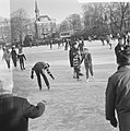 Schaatsen op tennisbanen aan de Kattenlaan te Amsterdam, Bestanddeelnr 914-6404.jpg