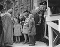Sint Nicolaas bezoekt koningin Juliana en prinsessen op de Dam, Bestanddeelnr 905-4274.jpg