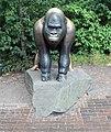 Skulptur Hardenbergplatz 8 (Tierg) Gorilla.jpg