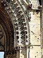 Soissons (02), abbaye Saint-Jean-des-Vignes, abbatiale, façade occidentale, portail du bas-côté sud, retombée de l'archivolte côté droite.jpg