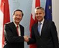 "Staatssekretär Lopatka trifft ""Senior Parliamentary Secretary"" von Singapur, Sam Tam Chin Siong (8579510065).jpg"