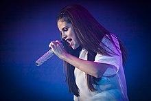 Selena Gomez in concerto durante il tour di supporto a Stars Dance