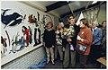 Striptekenaar Bert Bus (met bloemen) maakte de schetsen voor het wandkleed in de Bethelkerk aan de Burgemeester Enschedelaan in Santpoort Noord. NL-HlmNHA 54050259.JPG