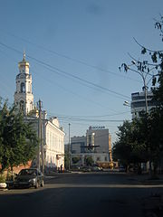 Tchernyshevskogo Street (Yekaterinburg), view of the temple Bolshoy Zlatoust.JPG