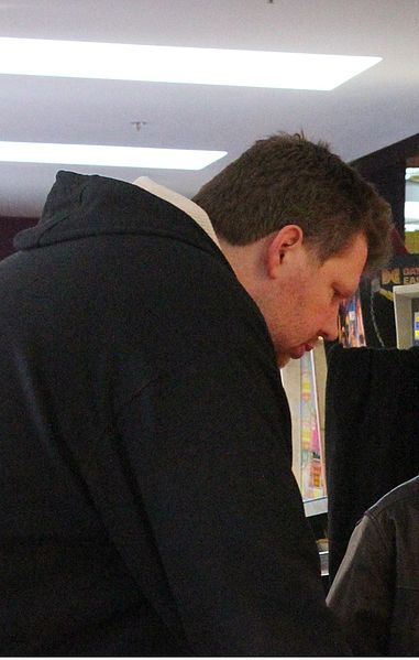 Archivo:Todd MacCulloch playing pinball cropped.jpg