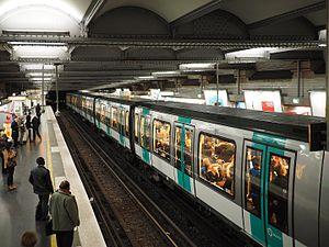 La Muette (Paris Métro) - Image: Train at La Muette metro station October 2015