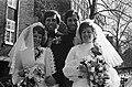 Tweelingen trouwen op stadhuis Amsterdam twee bruidsparen op de brug bij stadhu, Bestanddeelnr 927-8184.jpg