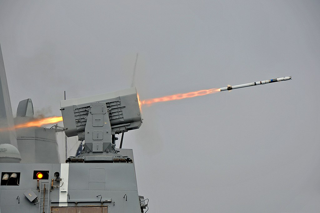 1024px-USS_New_Orleans_%28LPD-18%29_launches_RIM-116_missile_2013.jpg