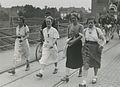 Vier deelneemsters op het spoorwegviaduct in de St. Annastraat op de eerste dag – F40808 – KNBLO.jpg