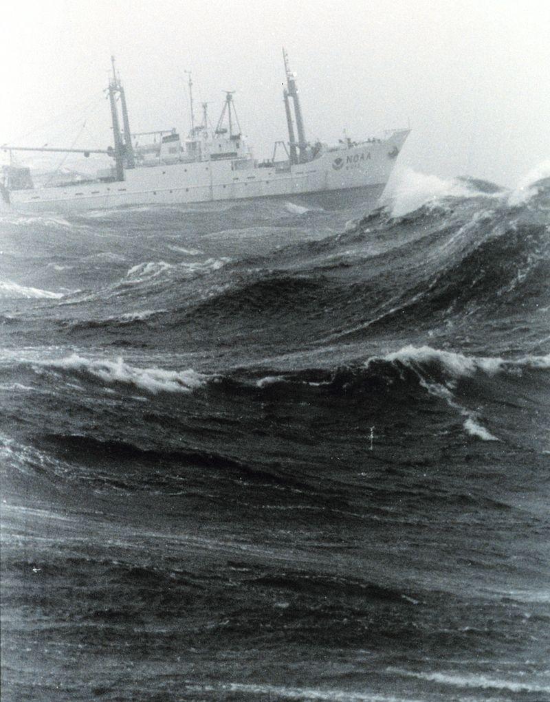 Deniz dalgası ve bir gemi